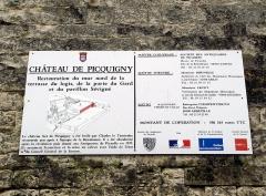 Ruines du château -  Picquigny (Somme, France) -   Château.   Panneau informatif (à propos du programme de restauration) apposé sur le rempart, à gauche de la Porte du Gard.