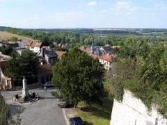 Ruines du château -  Picquigny (Somme, France) -   Vue depuis le château (du haut de la Porte du Gard).   On voit parfaitement le Monument aux Morts et la chapelle de la maison de retraite. A droite, le sommet du rempart est couvert de végétation. Au-delà s'étend la Place d'armes.