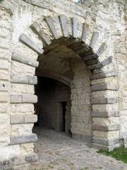 Ruines du château -  Picquigny (Somme, France) -   Château.   Passage voûté après l'entrée par la Porte de la Barbacane.