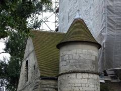 Eglise dite collégiale Saint-Martin -  Picquigny (Somme, France) -   La toiture du clocher de la collégiale est en cours de restauration.  Tourelle ronde (côté Nord de l'édifice).