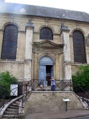 Hospice -  Saint-Riquier (Somme, France) - L'entrée de la chapelle de l'Hôtel-Dieu.  Le coin en haut à gauche de la photo est pollué par un reflet (goutte de pluie ou reflet du soleil sur une petite vitre du toit).