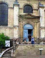 Hospice -  Saint-Riquier (Somme, France) - L'entrée de la chapelle de l'Hôtel-Dieu.  Photo prise rapidement, en découvrant par hasard les 2 femmes vêtues de bleu devant la porte bleue.  Photo originale taillée (pour éliminer reflet sur le toit) + perspectives redressées.