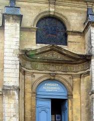 Hospice -  Saint-Riquier (Somme, France) - L'entrée de la chapelle de l'Hôtel-Dieu.   Photo originale taillée (pour éliminer aussi un reflet sur le toit) + perspectives redressées.