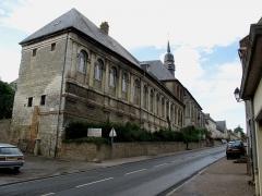 Hospice -  Saint-Riquier (Somme, France) - L'Hôtel-Dieu, au-delà du beffroi, sur la gauche de la rue montant vers le Nord de la ville.  .
