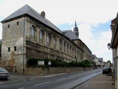 Hospice -  Saint-Riquier (Somme, France) - L'Hôtel-Dieu, au-delà du beffroi, sur la gauche de la rue montant vers le Nord de la ville.  Photo originale transformée (perspectives redressées).