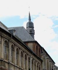 Hospice -  Saint-Riquier (Somme, France) - L'Hôtel-Dieu, au-delà du beffroi, sur la gauche de la rue montant vers le Nord de la ville.