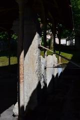 Evêché - Cippe surmonté d'une pomme de pin avec inscription d'époque romaine, découvert à Anglefort en 1879-1980,lors du creusement du canal de dérivation du Rhône, aujourd'hui conservé aujourd'hui dans le jardin Jean-Pierre Camus derrière l'évéché à Belley (Ain).   281 x 91 x 59 cm.  Texte: AE 1988, 0875 = Carte archéologique de la Gaule CAG 01 p. 139 = Epigraphische Datenbank Heidelberg HD009149 = Le Bugey 1987 R. Chevallier 1): D(is) M(anibus) (sat)VRILLA(e ma) (xi)MIAE QV(ae) (cu)M MAXIMI(o) (M)AXIMINO (fil) (i)O SUO AN(nos?) (vix)iIT ET PO(?) (?)US SV(3) ANNOS (?) MARITO (?) MATUCEN(us fil(?)) PIENTISS(imis(?) ponen) DUM CUR(avit et) SUB AS (cia ded(icavit))