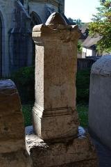 Evêché - Cippe surmonté d'une pomme de pin avec inscription d'époque romaine, découvert à Anglefort en 1879-1980, lors du creusement du canal de dérivation du Rhône, conservé depuis au moins 1987 dans le jardin Jean-Pierre Camus derrière l'évéché à Belley (Ain).   186 x 47 x 49 cm.  Inscription: Aux Dieux Mânes de Vikanius Satto, fils de Saturus, enseveli à l'âge de seize ans, son père a pris soin d'élever ce monument. Références: AE 1988, 0880 = Carte archéologique de la Gaule CAG 01 p. 139 = Epigraphische Datenbank Heidelberg HD009164 = Le Bugey 1987 p. 358-359 Raymond Chevallier Monument 6)