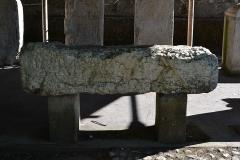 Evêché - Partie inférieure d'un sarcophage d'enfant avec inscription d'époque romaine, découvert à Anglefort en 1879-1980, lors du creusement du canal de dérivation du Rhône, conservé depuis au moins 1987 dans le jardin Jean-Pierre Camus derrière l'évéché à Belley (Ain).   194 x 45 x 60 cm.  Inscription: curaverunt ponen/dum sub ascia dedicatum / p(onendum) c(uravit) m(ater) et au(ia) d(edicavit) Références: Template:Carte archéologique de la Gaule CAG 01 p. 139 = Le Bugey 1987 p. 355 Raymond Chevallier Monument 4)