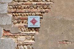 Eglise Saint-Marcel -  Le mur de l'église de Bouligneux, où on voit la construction en briques / galets / pisé recouverts.