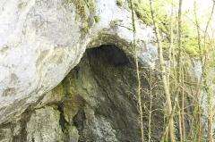 Abri sous roche dit Grotte préhistorique de Lievrin - Français:   Grotte de Lievrin, Brégnier-Cordon.