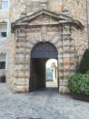 Château dit château de Montlaur - English: The castle door view in Aubenas