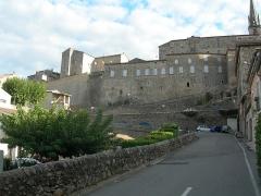 Château - Français:   Vue du château de Joyeuse et des remparts.