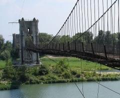 Pont de Rochemaure sur le Rhône - English:   Old suspension bridge near Rochemaure, Ardèche, France