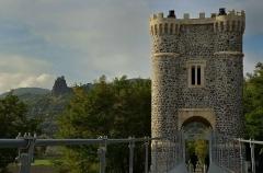 Pont de Rochemaure sur le Rhône - Français:   au loin le château de Rochemaure
