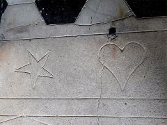 Eglise - Français:   Église de Saint-André-Lachamp, Ardèche, France. Formes gravées au sol de l\'entrée latérale.