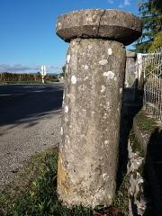 Borne milliaire supportant une croix de chemin - Français:   Côté sud, de près.