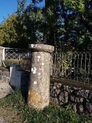 Borne milliaire supportant une croix de chemin - Français:   Côté sud.