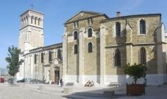 Château de Crussol (ruines) - Français:   Cathédrale Saint-Apollinaire de Valence.
