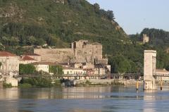Passerelle Seguin sur le Rhône (également sur commune de Tain-l'Hermitage, dans la Drôme) - English: The castle of Tournon sur Rhône