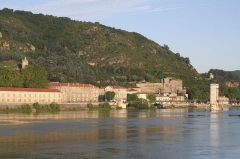 Passerelle Seguin sur le Rhône (également sur commune de Tain-l'Hermitage, dans la Drôme) - English: the castle of Tournon sur Rhone