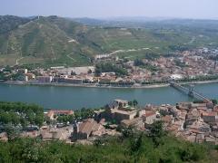 Passerelle Seguin sur le Rhône (également sur commune de Tain-l'Hermitage, dans la Drôme) -  Tournon-sur-Rhône et, en face, Tain l'Hermitage et son vignoble de Côtes-du-Rhône.  self made PRA