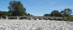 Pont romain franchissant l'Escoutay - Français:   Pont romain de Viviers vu de l\'amont