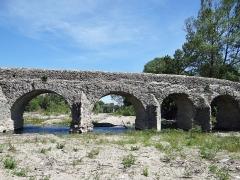 Pont romain franchissant l'Escoutay - Français:   Pont romain de Viviers - Quatre travées vues de l\'amont
