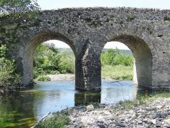 Pont romain franchissant l'Escoutay - Français:   Pont romain de Viviers - Deux travées côté rive droite vues de l\'aval