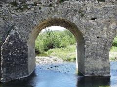 Pont romain franchissant l'Escoutay - Français:   Pont romain de Viviers - Une travée côté rive droite vue de l\'aval