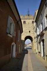 Porte fortifiée - Français:   porte du XVI em siècle de Beaumont les valence