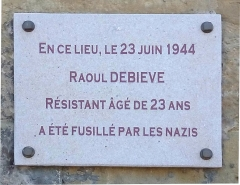 Porte de ville - Français:   Plaque commémorative en l\'honneur de Raoul Debiève, résistant de Chabeuil fusillé par les Nazis le 23 juin 1944.