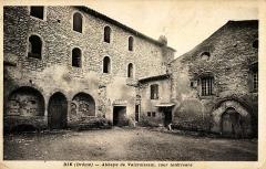 Abbaye cistercienne du Valcroissant - Français:   Cour intérieure de l\'abbaye de Valcroissant