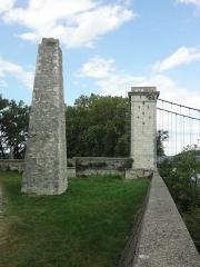 Pont dit du Robinet sur le Rhône -       This file was uploaded  with Commonist.  Construit en 1845. La pyramide servait à amarrer le bac existant avant la construction du pont.