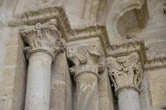 Eglise Notre-Dame - Français:   châpiteaux du porche de l\'église