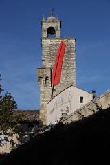 Beffroi - Deutsch: Porte du Tricot-Belfried-in Grignan-Die Stadtmauer von Grignan wurden im 13. Jahrhundert erbaut. Der kreisförmige Schutzwall hatte ein Dutzend Wehrtürme und sechs Eingänge (portes): porte du Tricot (Tor der Strickmacher), porte St Jean, porte de Costefroide, porte de la Glacière (Tor des Eiskellers), porte de la Grande und Tour de porte Costechaude. Der große, quadratische Turm (Tour Carrée) wurde bei der Porte du Tricot als Alarm/Signal-Turm gebaut. Die Kuppel erhielt der Turm später, zusammen mit der ersten Uhr des Dorfes.