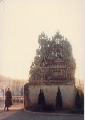Tombe du Facteur Cheval situé au cimetière communal -  photo au cimetière d'Hauterives Drôme  Coco peintre du facteur cheval rend  hommage au Célèbre Architecte du Palais Idéal lors de l'exposition