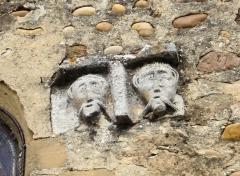 Prieuré -  têtes sculptées sur la façade de l'église du prieuré de Manthes dans la Drôme