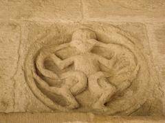 Eglise collégiale -  sculpture dans le cloître de la Collégiale de Saint-Donat dans la Drôme