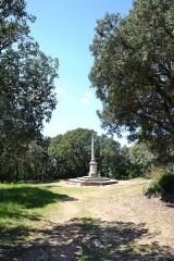Chapelle funéraire des Seigneurs de la Baume -  Suze-la-Rousse (Drôme, France), croix non loin de la chapelle funéraire des seigneurs de la Baume.