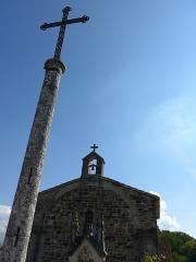 Chapelle du cimetière - Français:   Chapelle du cimetière d\'Upie, datant du 12° siècle la chapelle était le chœur d\'un prieuré bénédictin. En fond on remarque les montagnes du Vercors.