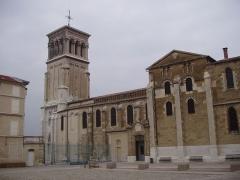 Cathédrale Saint-Apollinaire -  Cathédrâle Saint-Apollinaire de Valence (Drôme), vu de la Place des Ormeaux