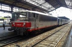 Gare - Nederlands:   In 2009 op station Valence Ville komt uit Marseille deze SNCF trein aan. De verhouding van de locomotief ten opzichte van de blikken wagons is nogal opvallend. Juli 2009.