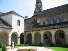 Couvent des Augustins - Français:   Cour intérieure cloître des Augustins de Crémieu (XVIIe s.), Isère. L\'ensemble conventuel comprend également une tour-église au sud ainsi que, sur son flanc ouest, l\'actuel hôtel de ville.