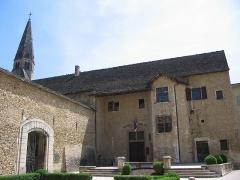 Couvent des Augustins - Français:   Hôtel de ville de Crémieu (XVIe s.), Isère. Les locaux de l\'administration municipale occupent le flanc ouest de l\'ensemble conventuel des Augustins. A gauche, porte permettant l\'accès à la cour intérieure du cloître.