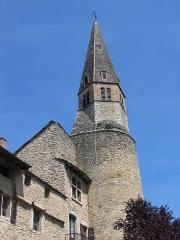 Eglise - Français:   Le clocher d\'église St-Jean Baptiste de Crémieu (XIVe s.), Isère, présente la particularité d\'être bâti sur une ancienne tour de guet, d\'où son aspect original. Il occupe le flanc sud de l\'ensemble conventuel des Augustins.