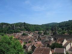 Eglise - Français:   Toits de Crémieu, Isère, depuis montée St-Laurent. Au fond, enceinte fortifiée de la colline St-Hippolyte et ses tours (XIIIe-XVIe s.).