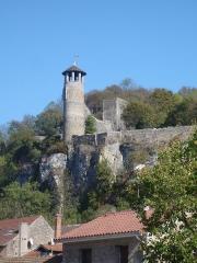 Tour de l'Horloge et tour carrée Saint-Hippolyte - Français:   Crémieu (Isère, France): tour ronde, dite champignon, de la forme de son sommet, intégrée dans les remparts du village classé.