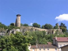 Tour de l'Horloge et tour carrée Saint-Hippolyte - Français:   Muraille sur les hauteurs de Crémieu (Isère, France)
