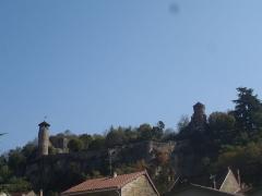 Tour de l'Horloge et tour carrée Saint-Hippolyte - Français:   Remparts de la cité médiévale de Crémieu dans le département de l\'Isère (France)